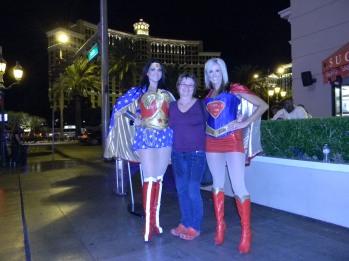 Wonder Woman en Super Girl, my twee vriendinne. Die blonde een was vreeslik nice, die ander een wou net geld hê en pose en basta.